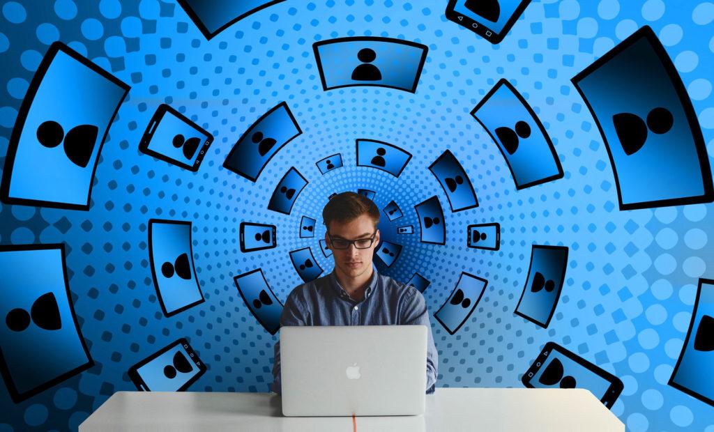 Conseiller Entreprise Professions libérales devant un ordinateur