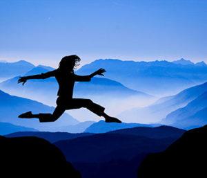 Un saut Vers l'avenir - Ombre de femme sautant par-dessus les montagnes